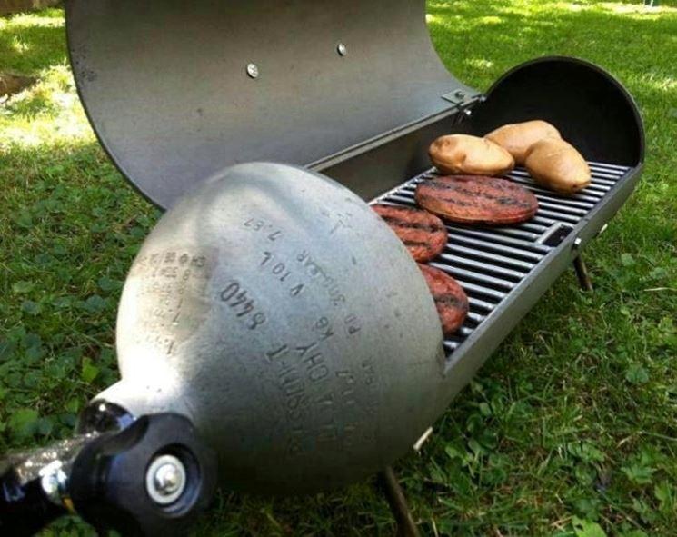 Barbecue costruito con una vecchia bombola del gas