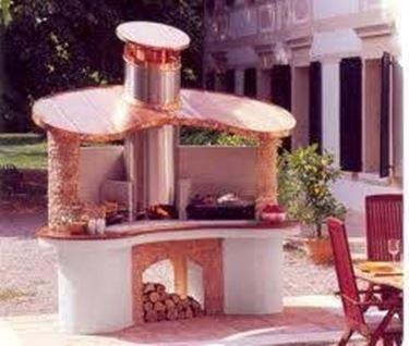 un barbecue in muratura nel giardino