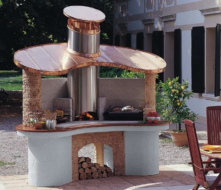 Grande barbecue in muratura con innesti in rame