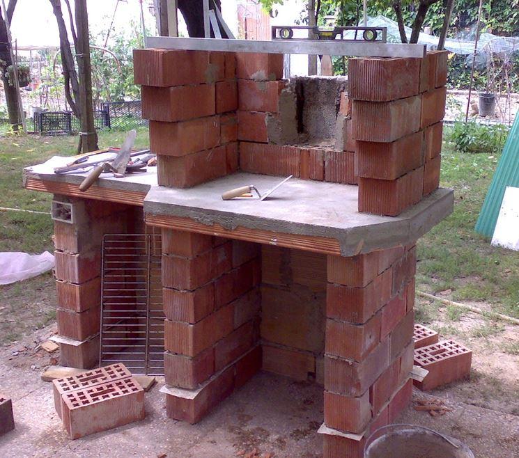 barbecue muratura realizzato con mattoni rossi