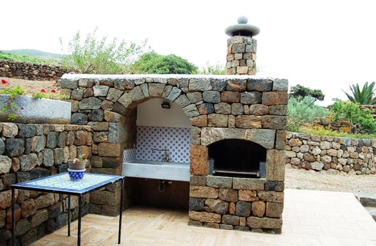 Barbecue in mattoni e pietra