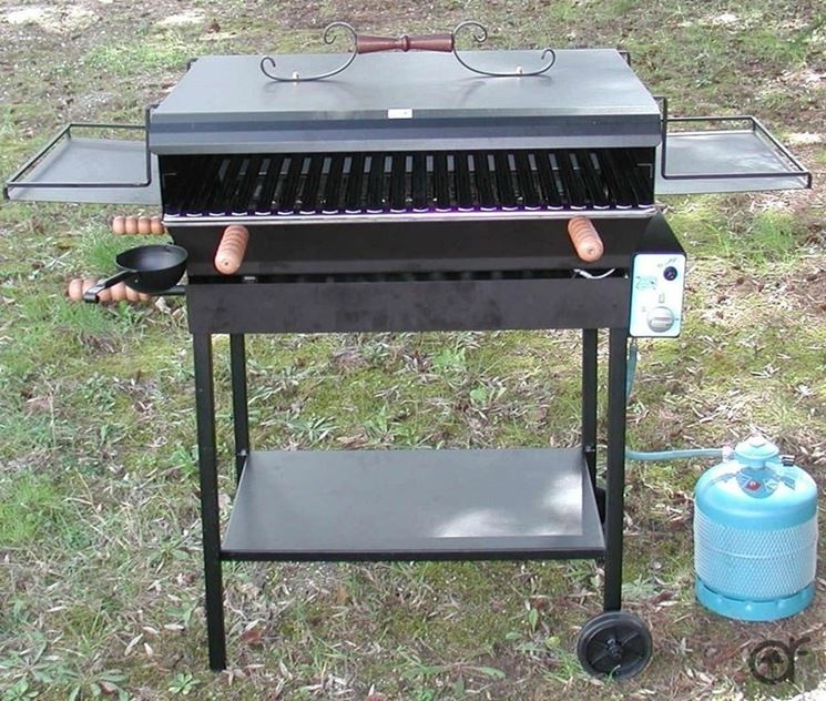 Barbecue in ferro con pietra lavica