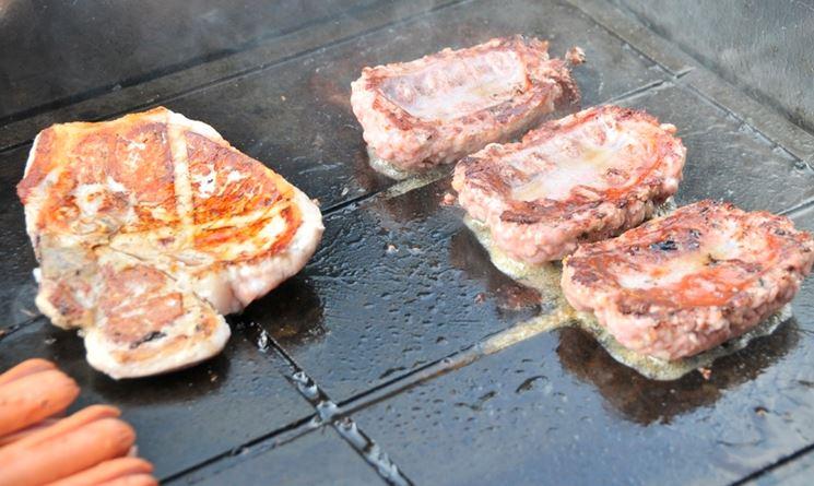 Barbecue di carne su pietra lavica