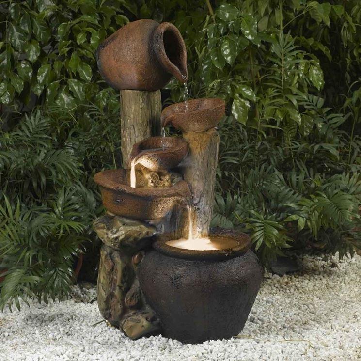 Fontana in pietra con anfore
