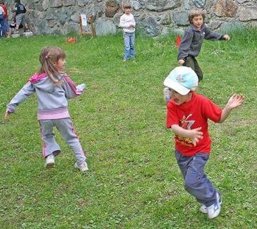 Giochi in giardino palla prigioniera