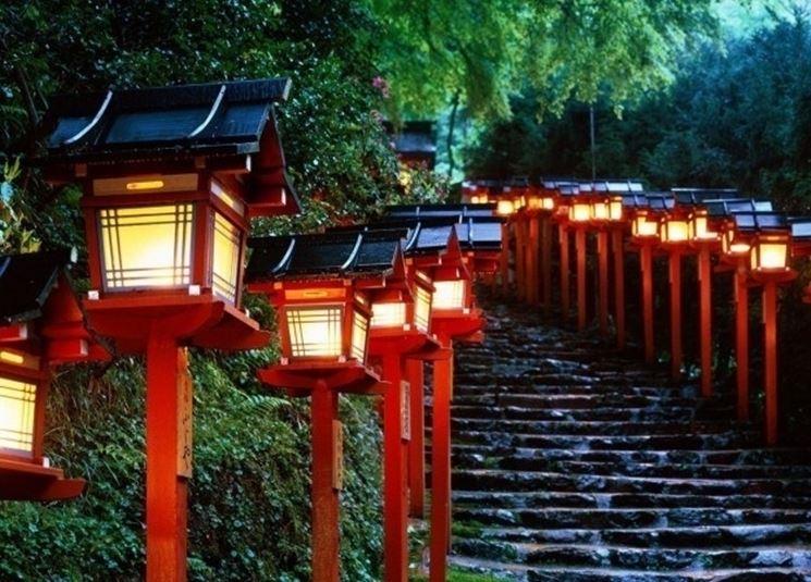 Giardino con lampade giapponesi in legno