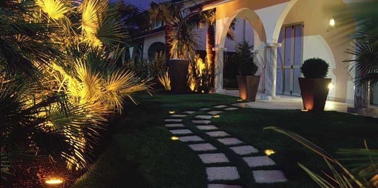 Le lampade da giardino sono molto differenziate tra di loro e ogni zona del giardino ha la sua tipologia ideale.