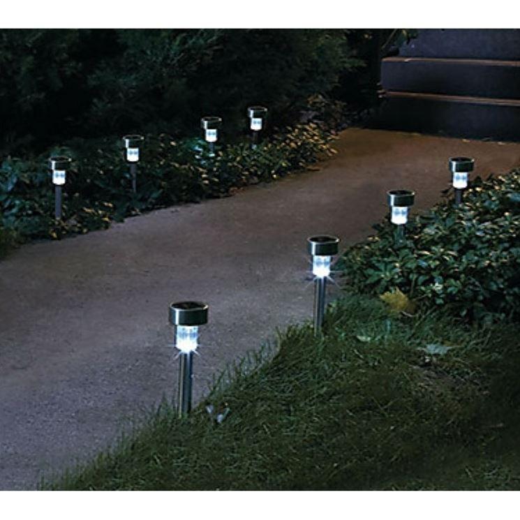 Le lampade da giardino con ricarica solare sono perfette per illuminare piccole aree