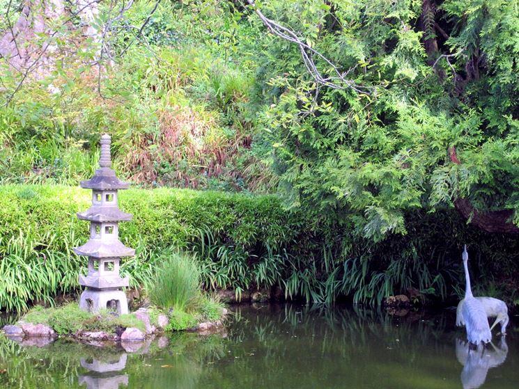 Lanterna in un giardino zen