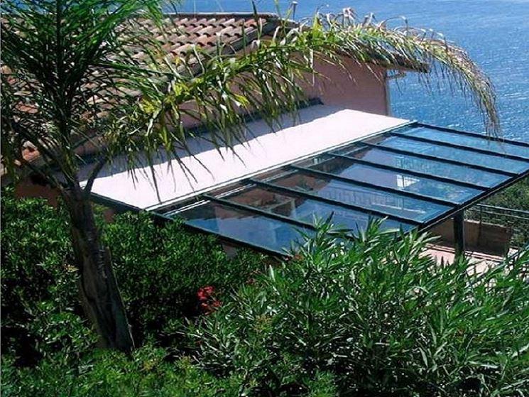Copertura in vetro realizzata per un terrazzo all'aperto