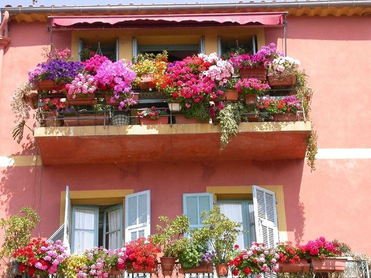 tenda da sole minimal per il balcone fiorito