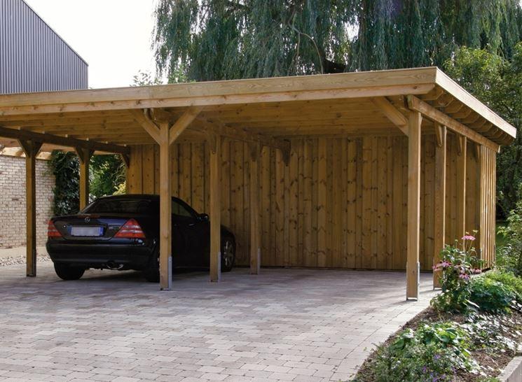 Tettoia in legno utilizzata come copertura per automobile