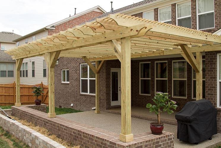 Ampia tettoia in legno