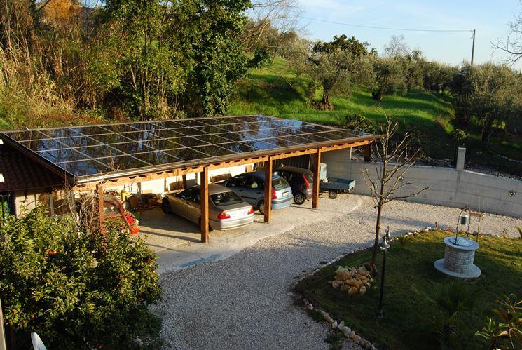 Esempio di pensiline fotovoltaiche utilizzate per coprire un parcheggio di automobili.