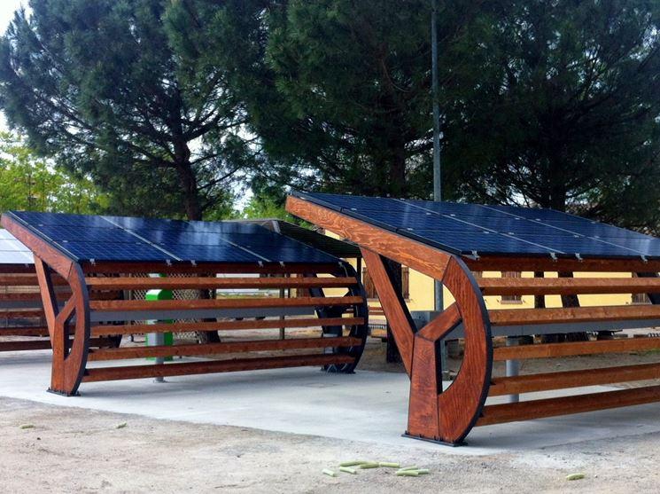 Esempio di pensilina fotovoltaica in legno.