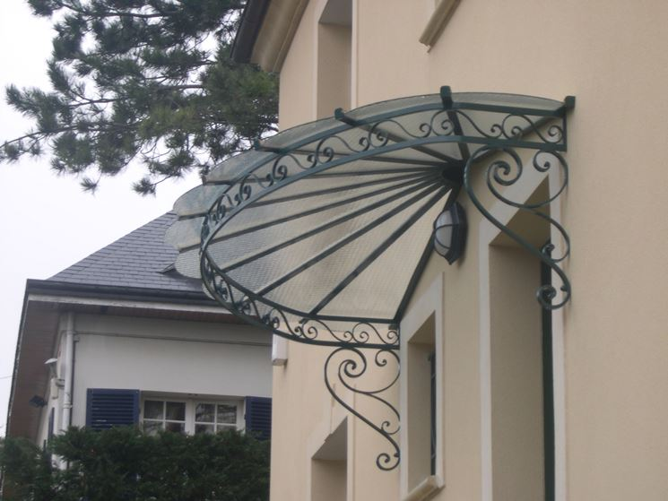 pensilina in ferro con copertura in vetro
