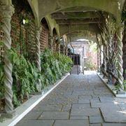 tettoie in pietra con pilastri ornamentali