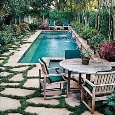 piscina con arredi.