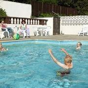 giocare in piscina.