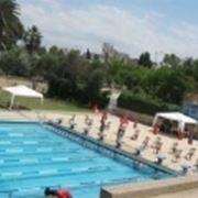 piscina con lettini.