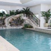 piscina con scivolo.