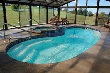 Piscina coperta piscine piscina coperta caratteristiche for Piccoli piani di casa con piscina coperta
