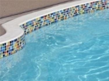 piscina con bordo.