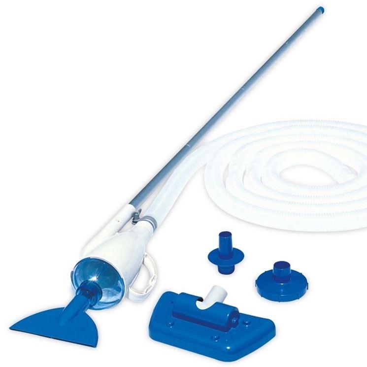 Alcuni attrezzi utilizzati per la pulizia delle piscine