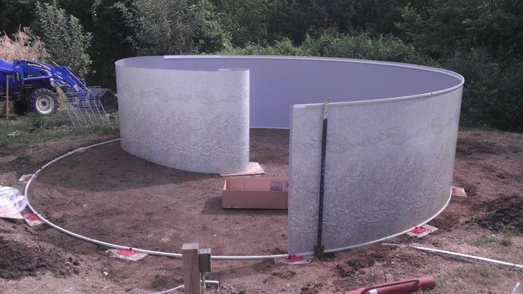 Piscina in lamiera in costruzione