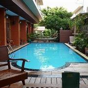 piscina con parquet.