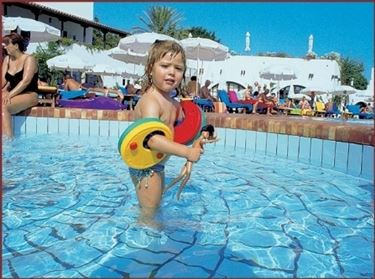 piscina con bimba.