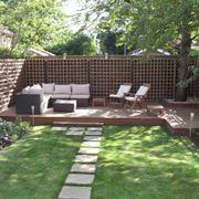 giardino di casa arredato