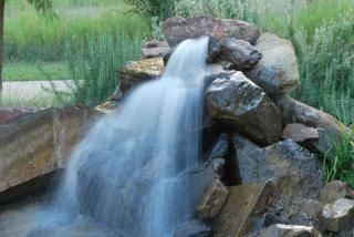 Cascate progettazione giardini cascate da giardino for Cascata per laghetto