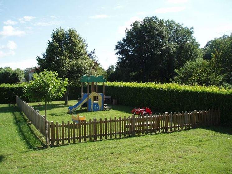 giardino per i bambini con i giochi