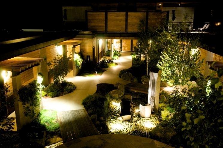 Esempio di giardino illuminato