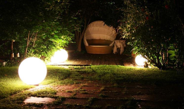 Giardino illuminato con sfere luminose ad energia solare