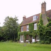 Casa ricoperta di edera