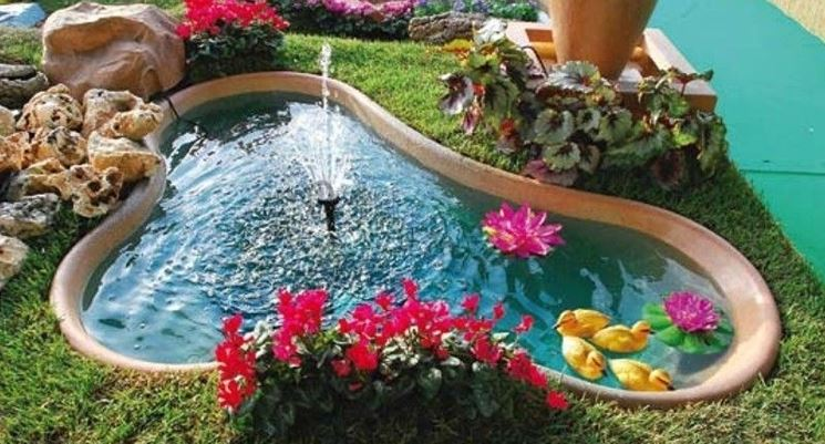 Piccolo giardino con laghetto e rocce
