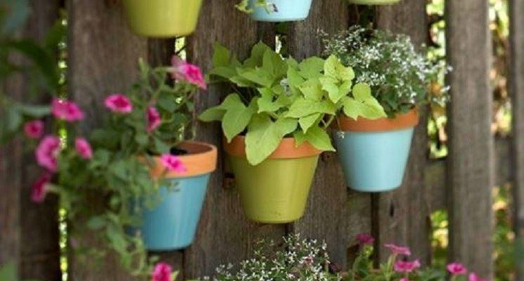 Giardino verticale realizzato con vasi