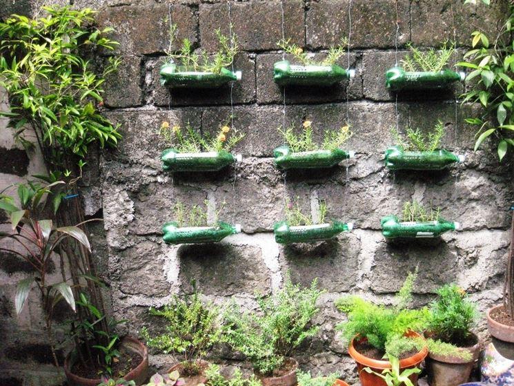 Giardino verticale realizzato con bottiglie in plastica