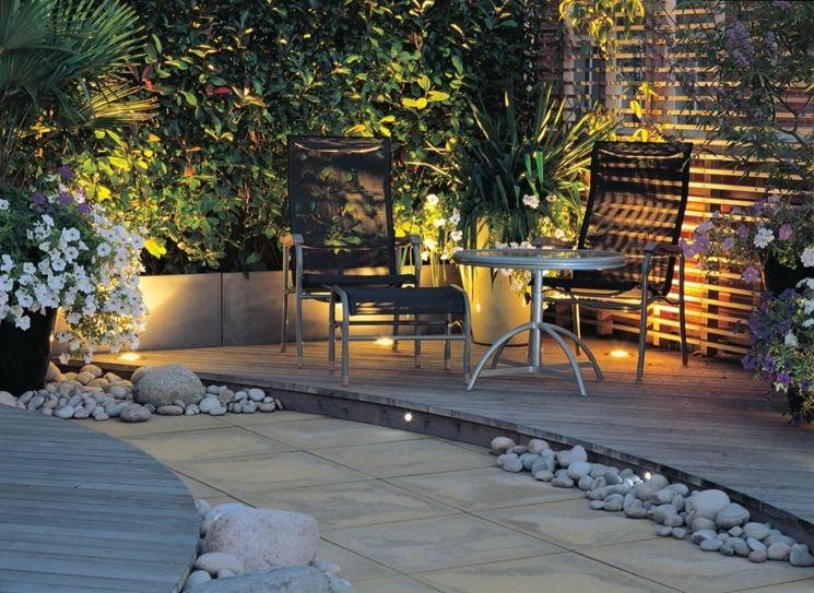 Un classico giardino con prato all'inglese e un'illuminazione molto semplice