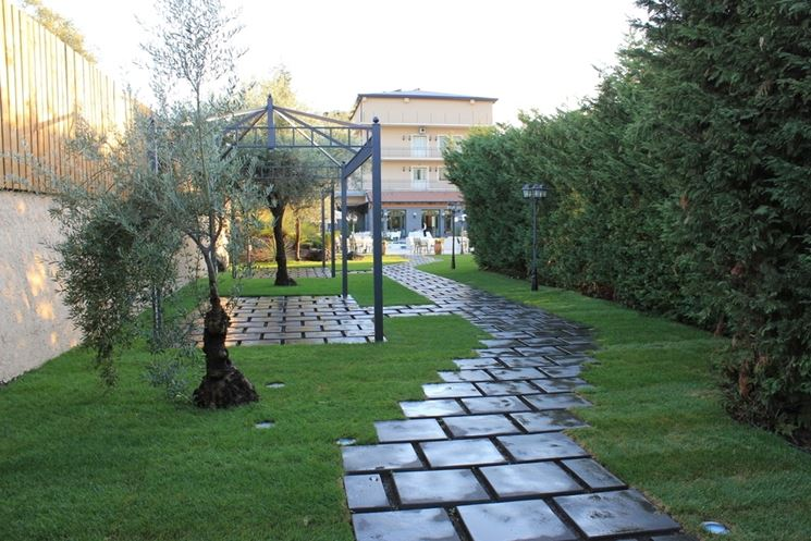 Vialetti giardino progettazione giardini vialetti per for Esempi di giardini