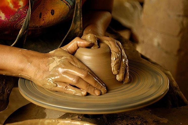 Realizzazione di un vaso fatto a mano.