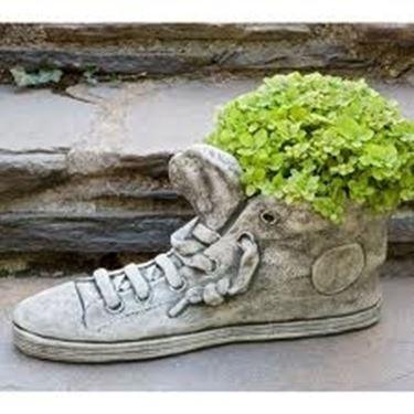 Fioriera in pietra a forma di scarpa