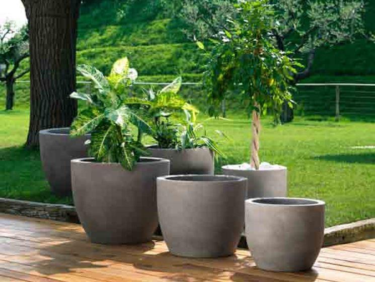 Vasi in resina con piante