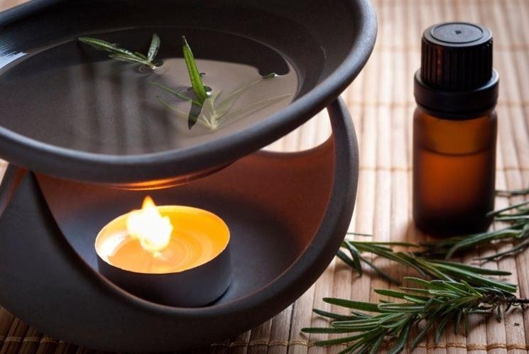 Il profumo dell'olio essenziale di rosmarino aiuta concentrazione e volontà