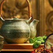 Acqua calda, erbe e teiera: il necessario per preparare una tisana.