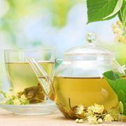 La foto mostra una tazza e una caraffa contenenti una tisana alle erbe.