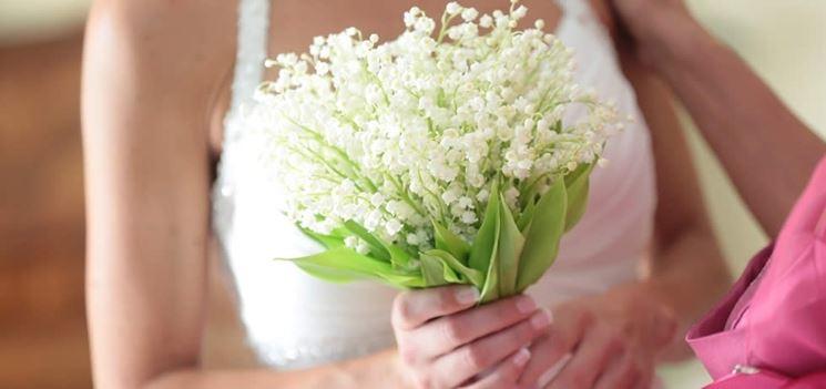 Un bouquet matrimoniale fatto con i fiori di mughetto