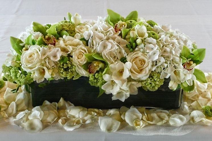 composizione di rose bianche